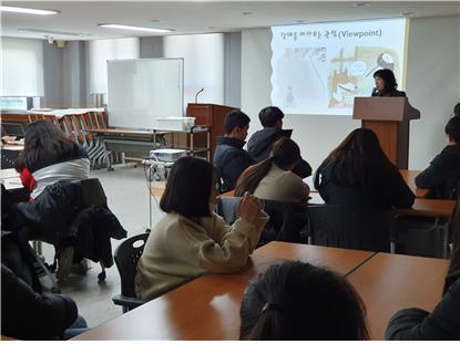위 사진은 임홍자 강사가 아이들에게 장애인식 개선교육을 진행하고 있는 사진