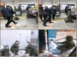 (좌상)2층 사무실 바닥 청소 (우상)전 직원 바닥청소 참여 (좌하)벽 페인트 작업 (우하)문 페인트 작업