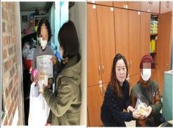 좌 복지관 직원이 대상자 가정에 방문하여 물품을 전달하고 있는 사진 우 복지관 직원이 대상자에게 물품을 전달하고 있는 사진