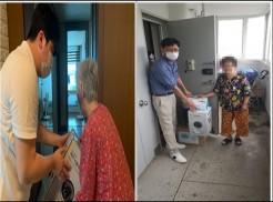 왼쪽 사진은 시각장애 어르신이 부평구시설관리공단 임직원에게 물품을 전달받고 있는 사진입니다. 오른쪽 사진은 부평구시설관리공단 임직원에게 시각장애 어르신이 물품을 전달받고 있는 사진입니다.