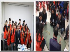 좌 사진은 2019년 중소기업사랑나눔재단 중소연합봉사단과 인천광역시시각장애인복지관 이춘노관장님이 함께 단체사진을 찍고있습니다.  우 사진은 2019년 중소연합봉사단과 이용자가 함께 어울려서 윷을 던지고 있는 사진입니다.