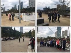 좌측 상단사진은 인천 송도 센트럴파크에서 산책을 하고있는 사진입니다 우측 상단사진은 인천 송도 센트럴파크에서 산책을 하고있는 사진입니다 좌측 하단사진은 산책 마무리 중 다 같이 모여 간식을 먹으면서 이야기하고 있는 사진입니다 우측 하단사진은 웰빙산책 5회기 참여자 모두 단체사진을 찍은 사진입니다