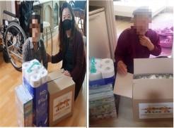 좌 복지관 직원이 대상자 가정에 방문하여 물품을 전달하고 있는 사진  우 대상자가 물품을 전달받고 찍은 사진