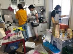 직원들이 대상가정에 방문하여 대청소를 진행하고 있습니다.