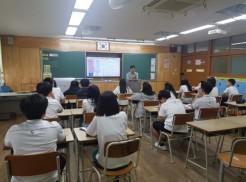 중학교 아이들에게 장애인식 개선교육을 진행하고있는 사진